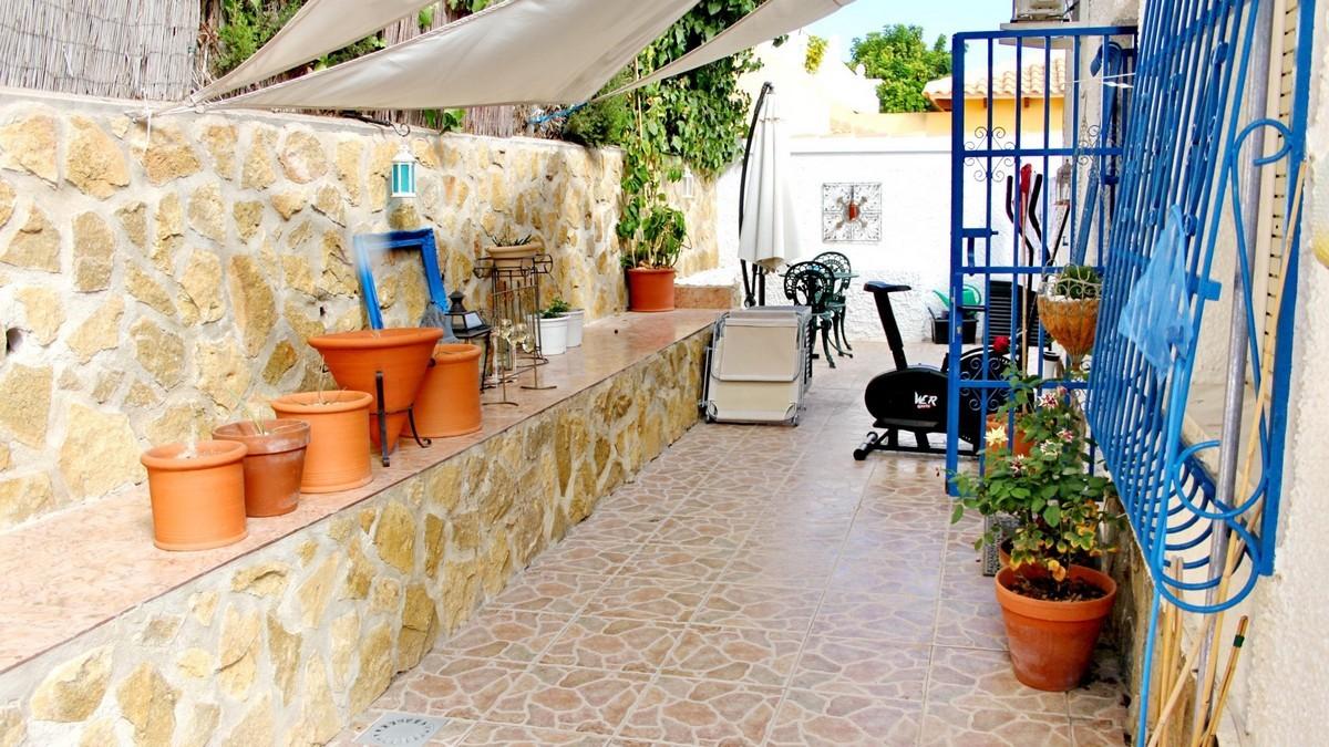 Wspaniały wolnostojący dom w Villamartin,prywatny basen, ogromny zagospodarowany ogród , widok na morze, licencja turystyczna