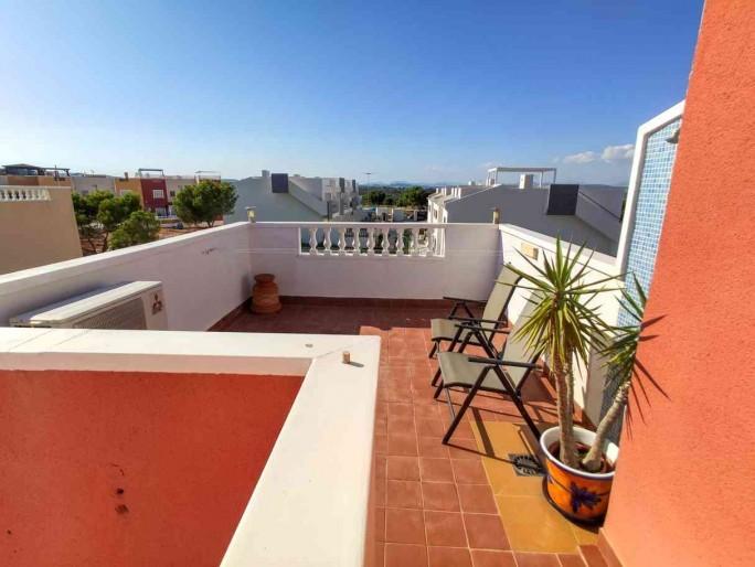 Ciekawy dom w Torrevieja , prywatny ogródek, taras na dachu, basen komunalny